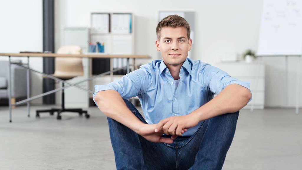 ergonomisch richtig sitzen am pc arbeitsplatz schreibtisch ratgeber. Black Bedroom Furniture Sets. Home Design Ideas