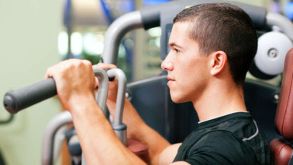 krafttraining und muskelmasse bodybuilding fitness krafttraining muskelaufbau training. Black Bedroom Furniture Sets. Home Design Ideas