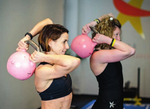 Nacken- und Schulterschmerzen zählen zu den häufigsten Beschwerden der Bevölkerung. Die perfekten Schulterübungen um dem effektiv vorzubeugen.